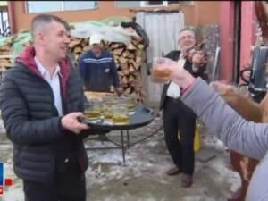 S-a dat mai devreme startul sarbatorilor la Ranca. Turistii au participat la pomana porcului chiar pe marginea partiei