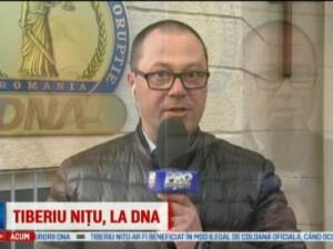 Fostul procuror general, Tiberiu Nitu, urmarit penal in dosarul coloanelor oficiale. Incident la iesirea de la DNA