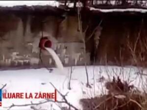 Poluare pe raul Barsa, la Zarnesti. Oamenii au filmat cum dintr-o conducta a unei fabrici se scurg deseuri