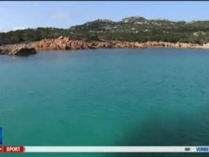 Italianul dus cu pluta care traieste de 3 decenii singur pe insula. Are insa curent electric, televizor si tableta