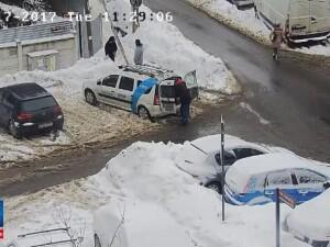 Scene hilare in Bucuresti. Cum s-a terminat o interventie a unor muncitori RCSRDS. Imagini de pe camera de supraveghere