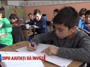 Solutia gasita intr-un sat din Alba pentru copii care nu merg la scoala pentru ca sunt saraci: Acum invat, ma joc si mananc