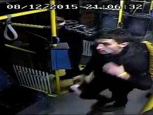 Un barbat care a pulverizat cu un spray iritant-lacrimogen doi controlori de bilete, cautat de politistii clujeni