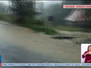 Case inundate si drumuri blocate de ploi. Orasul unde apa a avut si jumatate de metru, un batran a suferit un atac de panica