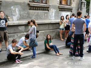 elevi ai Colegiului National Sfantul Sava din Bucuresti asteapta afisarea rezultatelor de la prima sesiune a examenului de Bacalaureat FOTO AGERPRES