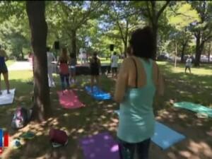 Meditatie si yoga langa Parlament, in timpul votarii motiunii de cenzura. Sute de oameni au sarbatorit Ziua Yoga