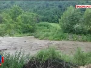 Zeci de gospodarii din toata tara au fost inundate, iar peste masini au cazut copaci. Pentru vineri sunt anuntate iar vijelii