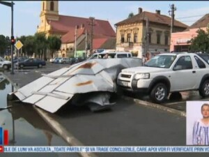 Oameni raniti si pagube importante dupa furtunile violente de vineri. 11 muncitori din Arad, loviti de o usa smulsa de vant