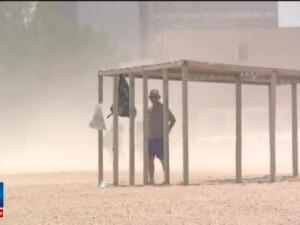 O furtuna de nisip le-a stricat vacanta turistilor care faceau plaja in Mamaia. La pranz s-au inregistrat 33 de grade C