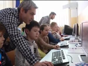 Mai multe scoli din Cluj au introdus ca disciplina optionala, pentru elevii de clasa a 4-a, programarea. Ce invata copiii
