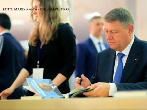 Klaus Iohannis la lansarea celei de-a doua carti a sa, da autografe FOTO INQUAM