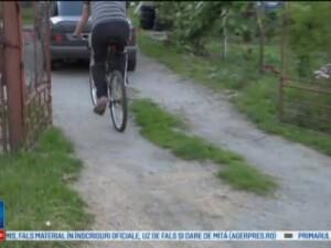 Un biciclist a fost lovit de o masina, la doar cativa metri de casa. Greseala pe care a facut-o barbatul intr-o intersectie