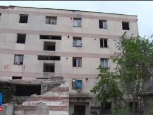 20 de familii din Fieni, Dambovita, risca sa ajunga in strada. Poprietarul cladirii risca executarea silita