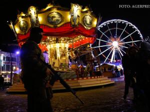 soldati patruland in Belgia la targul de Craciun