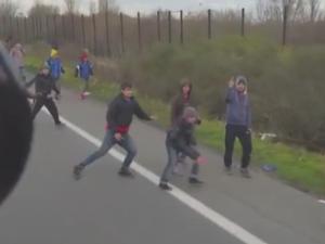Un sofer maghiar s-a filmat in timp ce vira camionul spre un grup de imigranti, pe marginea drumului. Cum au reactionat