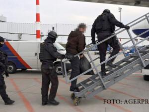 Trevor Brooks - ABu Izzadin - urcat in avion de politia maghiara