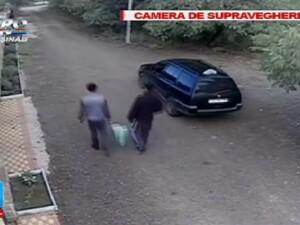 Ce au facut doi tineri dupa ce au vazut ca un taxi are geamul deschis. Au fost filmati de o camera de supraveghere.
