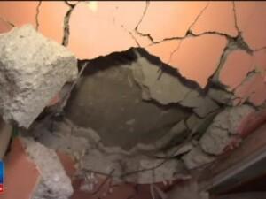 Locatarii blocului din Bistrita distrus de o explozie s-au intors in case pentru a aduna din bunuri. Nu avem unde sa mergem