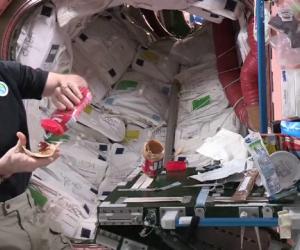 astronaut mancare