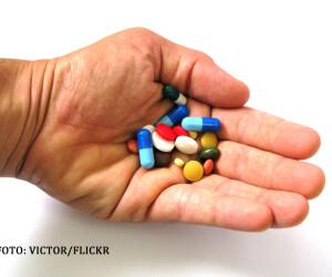 mana care tine diverse pastile si medicamente