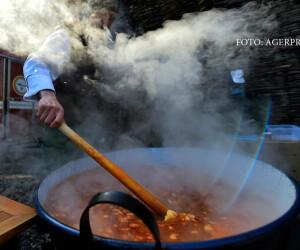 bucatar care prepara gulas