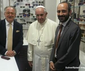 Papa Francisc si-a cumparat ochelari din Roma