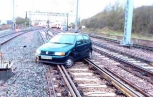 Motivul pentru care o masina a ajuns pe linia de tren si a blocat transportul de calatori! Politia l-a arestat imediat