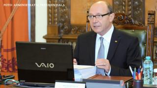 Basescu cu ochelari la laptop
