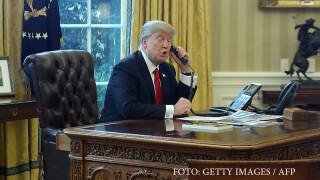 Donald Trump vorbind la telefon