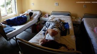 bolnavi pe paturi de spital