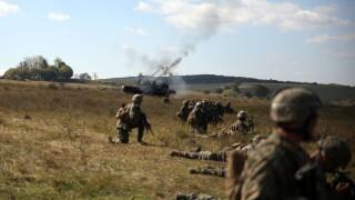 """Soldatii romani au respins un """"ATAC"""" impreuna cu puscasii marini. GALERIE FOTO: cum ne apara aliatii nostri din NATO - 11"""