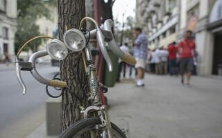 Zeci de persoane asteapta la coada pentru a depune solicitarile pentru a primi bonificatiile de 500 de lei in scopul cumpararii unei biciclete