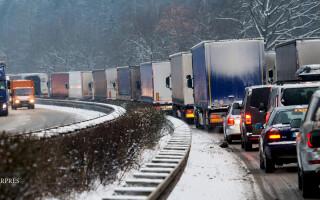masini pe autobahn iarna