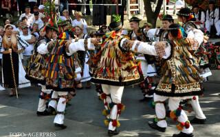 Mai multe persoane au participat, in a doua zi de Rusalii, la Hodac, la obiceiul