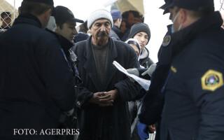 politisti sloveni legitimeaza migranti