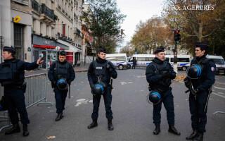 politisti francezi in fata la Bataclan