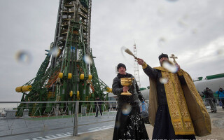 preot binecuvantand lansarea unui rachete la Baikonur