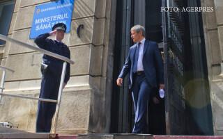 Premierul Dacian Ciolos paraseste sediul Ministerului Sanatatii, dupa prima intalnire de lucru cu noul ministru, Vlad Voiculescu