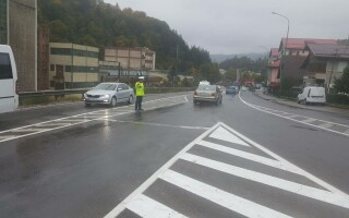 politist dirijand traficul in Sinaia