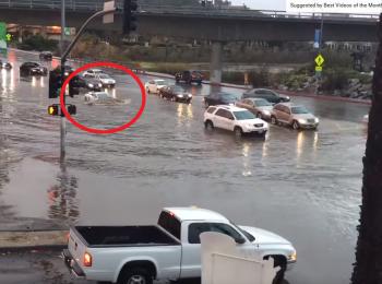 Ce se intampla cand treci cu un Lamborghini de 200.000 $ printr-o inundatie de un metru | VIDEO