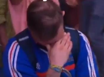 Viralul zilei: un suporter francez plange in hohote dupa infrangerea cu Portugalia, din finala EURO. Ce se intampla in momentul imediat urmator