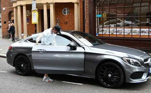 Abia si-a luat permisul de conducere, dar prima lui masina e incredibila. Ce bolid conduce Brooklyn Beckham la doar 17 ani