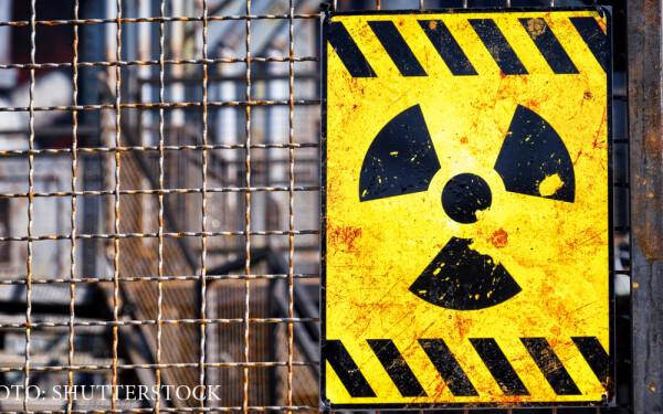 semn de pericol nuclear pe un gard