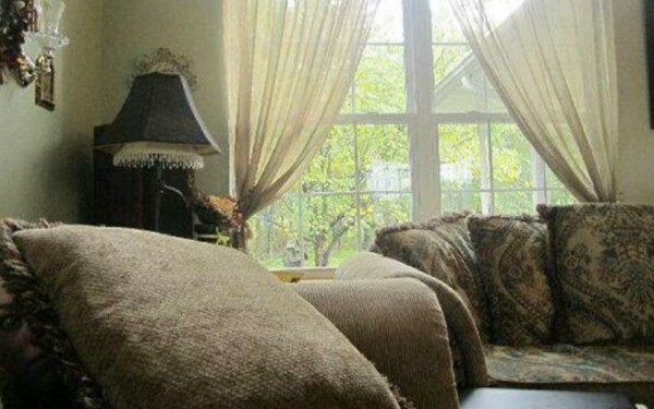 demon ascuns dupa canapea