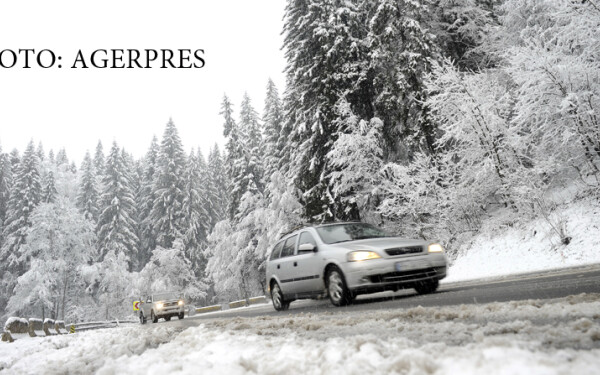 masini care circula pe un drum cu zapada