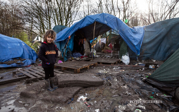 copil refugiat in jungla din Calais