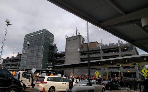 proteste pe aeroportul de la New York