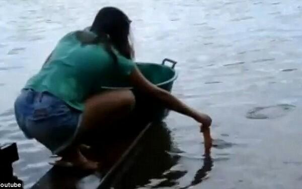 Curaj sau inconstienta fata care prinde piranha cu for Fishing games for girls