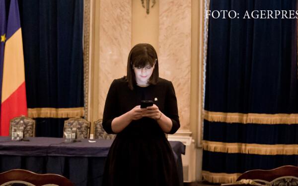 Laura Codruta Kovesi cu telefon in mana