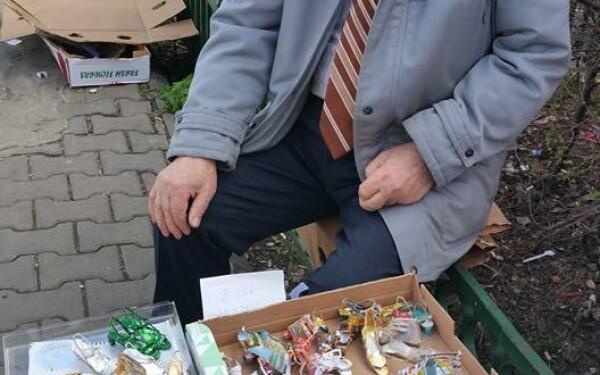 Domn care vinde pantofi din materiale reciclate